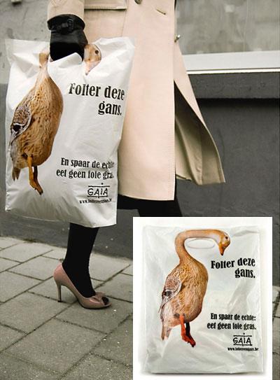 draagtas van dierenrechtenorganisatie GAIA met de nek van een gans als draagriem