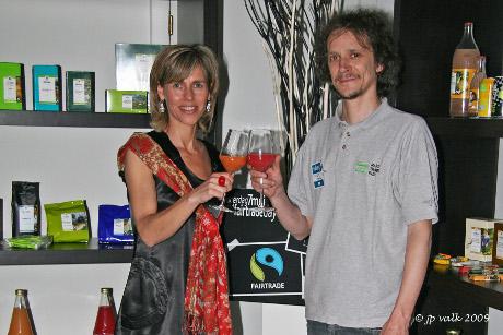 Lut van COCOMO en Steven van Oxfam Wereldwinkels toasten