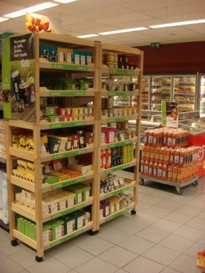 Twee rekken met extra Oxfam Fairtradeproducten, vanaf deze zomer exclusief in AD Delhaize Zonhoven