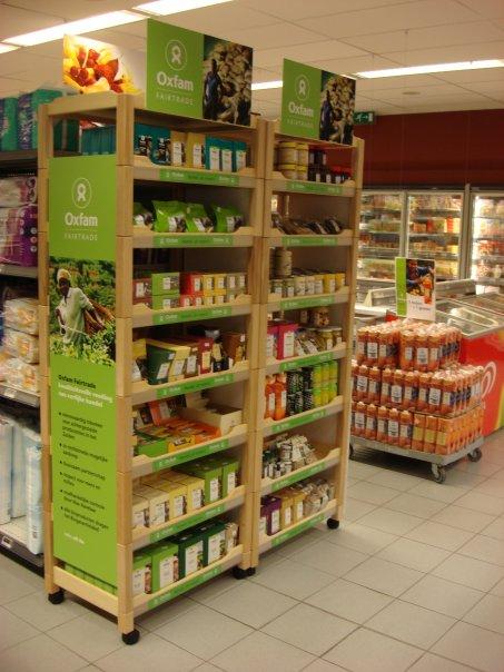 een hele rek Oxfam Fairtradeproducten in de Delhaize van Zonhoven