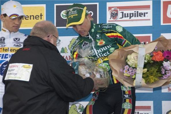 Winnaar Sven Nijs krijgt mand wereldwinkelproducten
