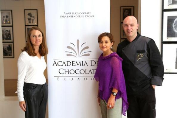CHLOE DOUTRE-ROUSSEL (links) bij de opening van de ACADEMIA DEL CHOCOLATE EN ECUADOR