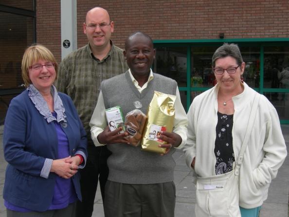 John met enkele vrijwilligers van Oxfam-Wereldwinkel Hasselt