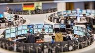 Händler sitzen am 16.10.2014 in Frankfurt am Main (Hessen) im Handelssaal der Börse an ihren Monitoren