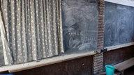 Tafel in einer Schule in der Stadt Grand Bassam