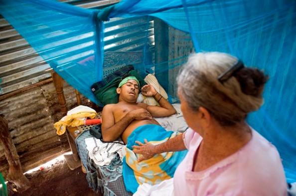 IN CHICHIGALPA (NICARAGUA) LIJDT 70% VAN DE MANNEN AAN CHRONISCH NIERFALEN EN NEMEN JONGEREN OP STEEDS JONGERE LEEFTIJD HET WERK VAN HUN VADER OVER OM VOOR INKOMSTEN TE ZORGEN. DE ZIEKTE MANIFESTEERT ZICH HIERDOOR NU AL BIJ TWINTIGERS EN DE NU AL KORTE LEVENSVERWACHING VAN 48 JAAR ZAL NOG VERDER DALEN ALS ER NIETS GEBEURT.