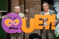 Luis en rector Luc De Schepper (UHasselt) met de QUE?! award